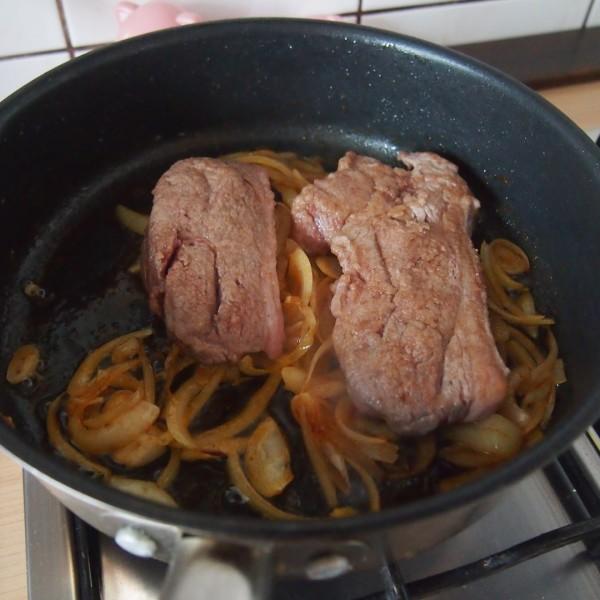 Dodajemy na patelnię wcześniej podsmażone przez nas mięso i smażymy