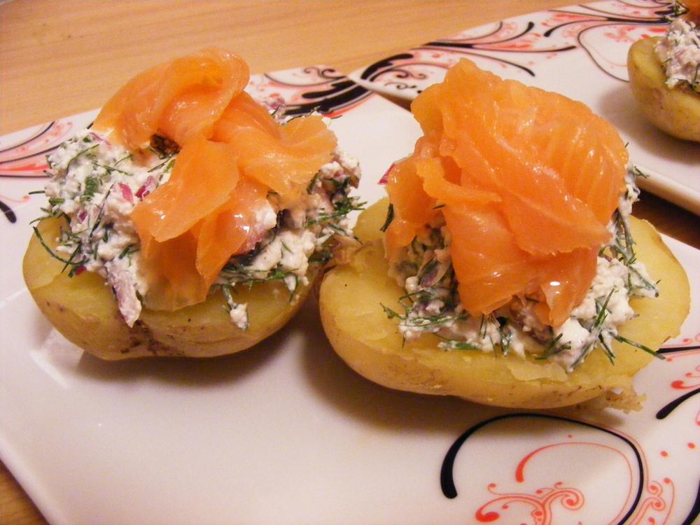 Wędzony łosoś na pieczonym ziemniaku