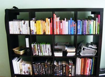 Książki ułożone kolorystycznie – głupota?