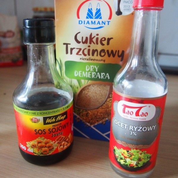 3 łyżki octu ryżowego, 3 łyżki wody, 5 łyżek sosu sojowego, 3 łyżki brązowego cukru