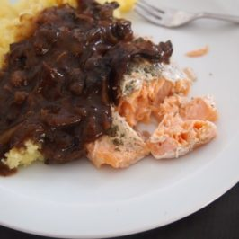 Łosoś z sosem grzybowym