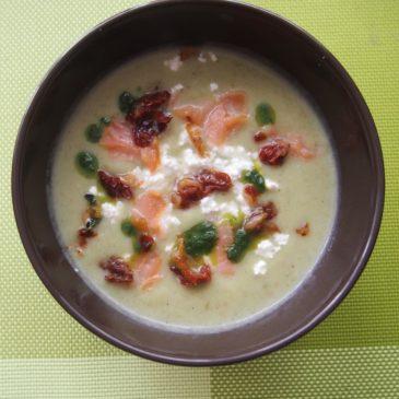 Zupa pietruszkowo-porowa z wędzonym łososiem