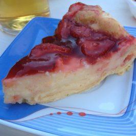 Ciasto z garnka – truskawkowe z budyniem i dołem karpatkowym