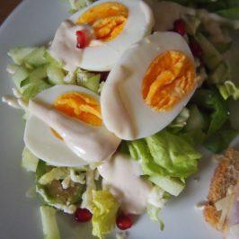 Sałatka z jajkiem, ogórkiem, mozzarellą i sosem tahini