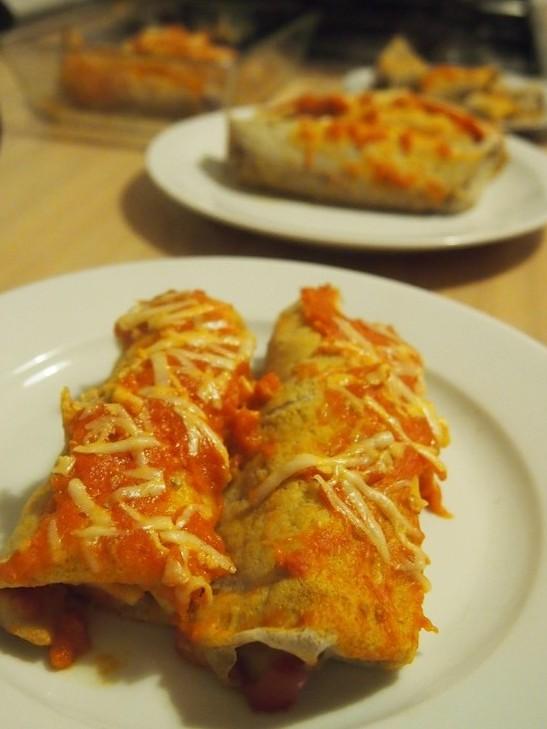 Naleśniki z nadzieniem cukiniowo-kurczakowym z ostrym sosem pomidorowym