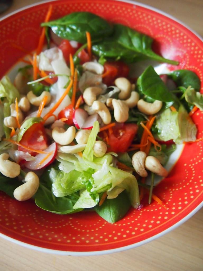 Sałatka z pomidorami i orzechami nerkowca