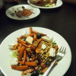 Sałatka z pieczoną marchewką i pęczakiem