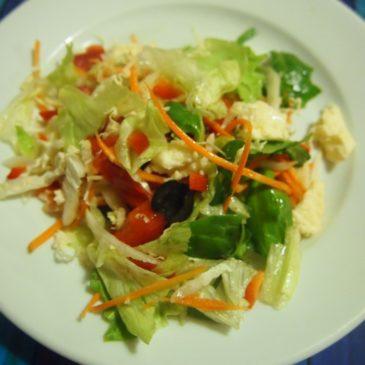 Sałatka z mozzarellą, papryką i oliwkami