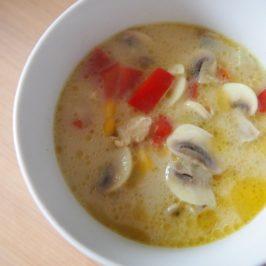 Zupa tajska z kurczakiem, pieczarkami i mleczkiem kokosowym