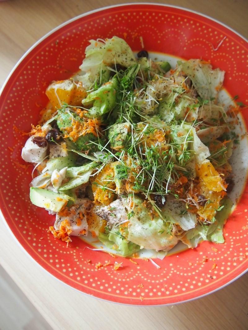 Sałatka z kurczakiem, rodzynkami, awokado i rzeżuchą