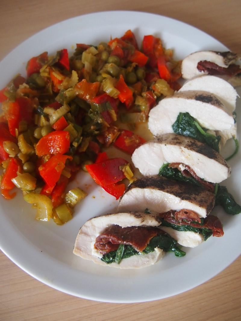 Pierś z kurczaka z fetą, suszonymi pomidorami i szpinakiem