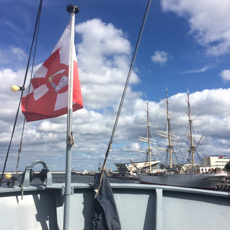 Ta flaga to proporzec marynarki wojennej z jej zbrojnym ramieniem na środku.