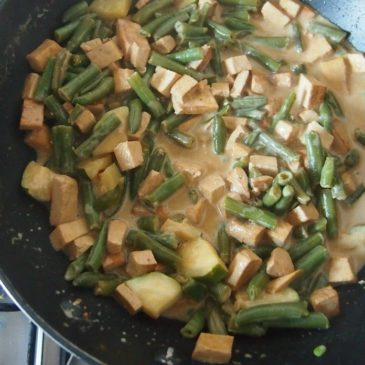Tofu z fasolką i cukinią w mleczku kokosowym