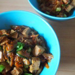 Tofu, marchewka i cukinia z makaronem ryżowym