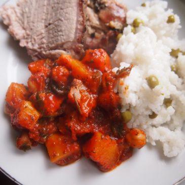 Pieczona szynka z winogronami, dynia z ciecierzycą i ryż z groszkiem