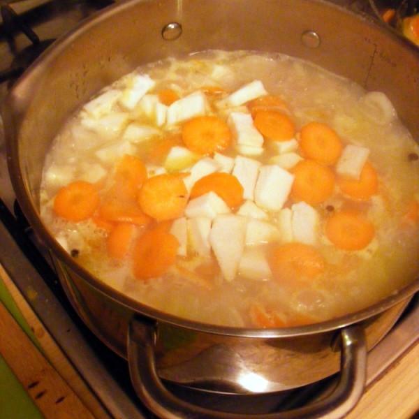Dodaję marchewkę i pietruszkę.