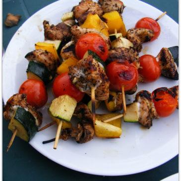 Szaszłyki, udka w ziołach i sałatka grecka