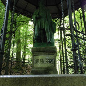 Pomnik Jana Gutenberga i Teatr Leśny w Parku Jaśkowej Doliny w Gdańsku