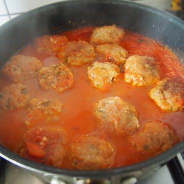 Mielone z lubczykiem w sosie pomidorowym