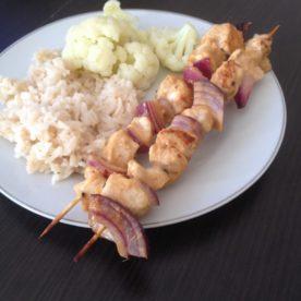 Szaszłyki z czerwonej cebuli i kurczaka w sosie musztardowym
