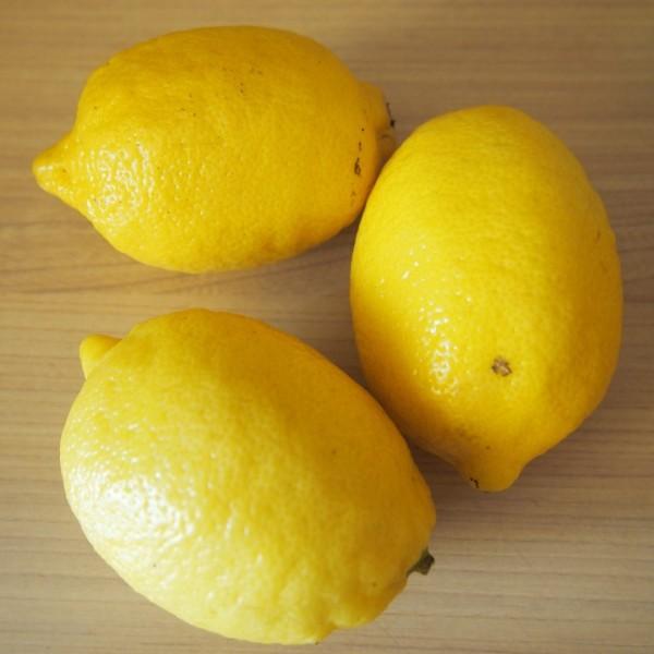 cytryny - dwie do wyciśnięcia, jedna do pokrojenia w plastry