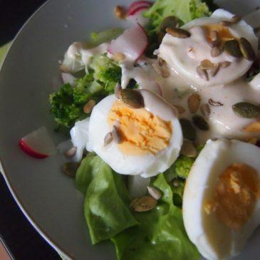 Sałatka z jajkiem, brokułem i tahini