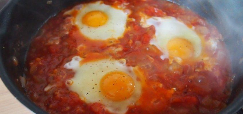 Prosta szakszuka – jajka w pomidorach