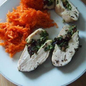 Pierś z kurczaka faszerowana pistacjami, żurawiną i szpinakiem