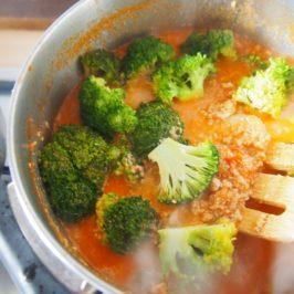 Spaghetti z mielonym, brokułami i gorgonzolą