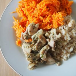 Kurczak w zielonej marynacie, brązowy ryż z kolendrą i surówka z marchwi