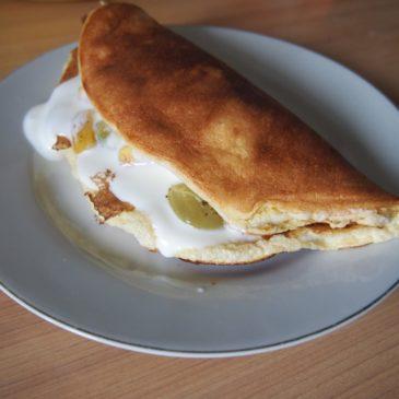 Omlet z winogronami i jabłkiem