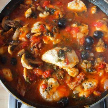 Kurczak z pieczarkami w sosie pomidorowym