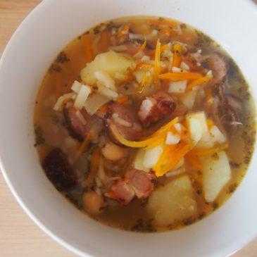 Jesienna zupa z ciecierzycą i kiełbasą
