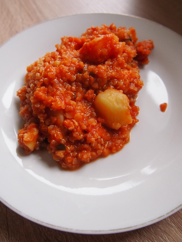 Harissa z komosą ryżową i soczewicą