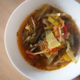 Zupa z kapustą, pomidorami i papryką