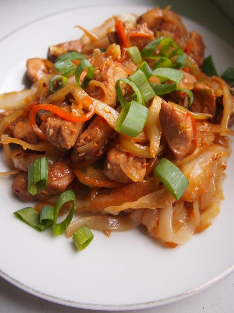 Kurczak z marchewką, kapustą i makaronem ryżowym w woku