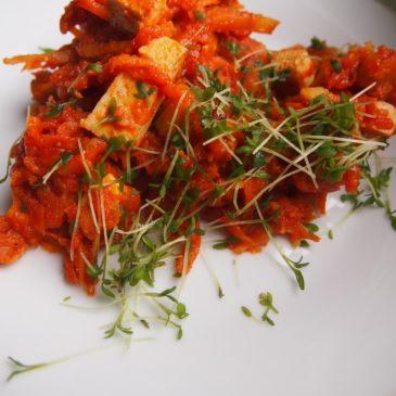 Thukpa – marchew, seler i pietruszka w sosie pomidorowym z tofu